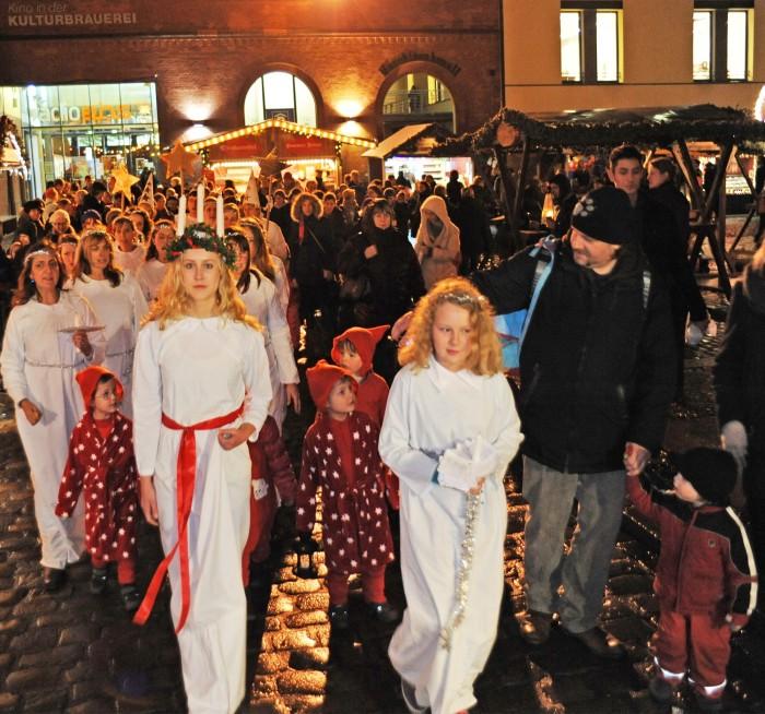 Nordic Angels at the Lucia Weihnachtsmarkt im Hof der Kulturbrauerei or the Lucia Christmas Market in the courtyard of the Kulturbrauerei in Prenzlauerberg! © Jochen Loch
