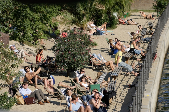 Hanging out at the Strandbar Mitte - Beachbar in Mitte ©visitBerlin - Wolfgang Scholvien