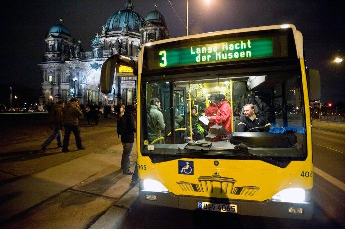Taking the shuttle bus. © Photo: Sergej Horovitz