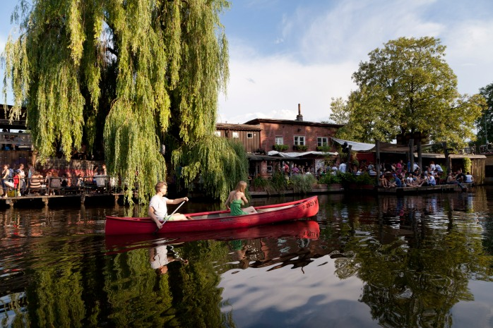 On the river bank of Club der Visionäre, a really lovely river bar on the border of Kreuzberg and Treptow. Highly recommended! Landwehr Canal, Berlin-Kreuzberg © visitBerlin, Foto: Philip Koschel.