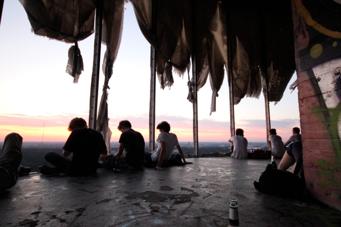 """The Teufelsberg or """"Devil's Mountain"""" is a really cool hill in Berlin over-looking the Teufelssee or """"Devil's Lake."""" Teufelsberg,  © visitBerlin, Foto: Sarah Lindemann"""