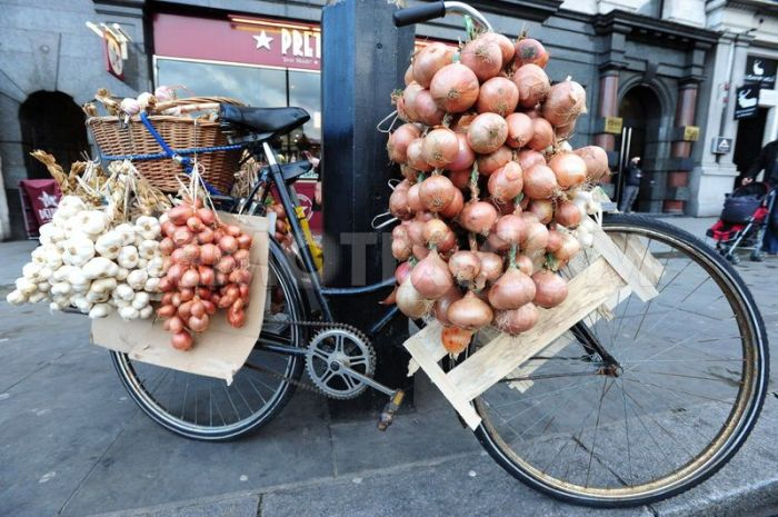 Garlic and onions. On a bike! Photo@ Alex Milan Tracey.