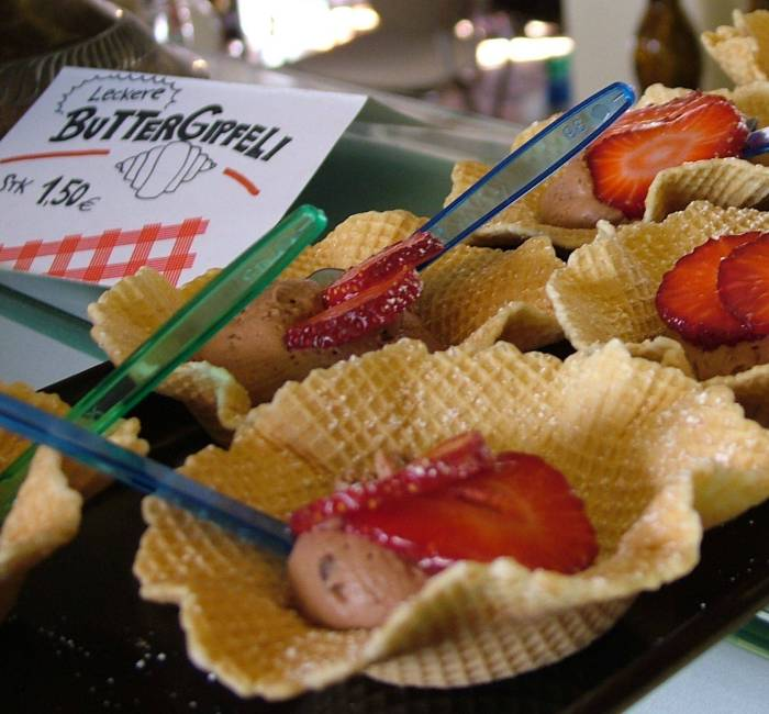 Chocolate ice-cream in a wafer, with strawberries. Oh yeah! Photo@ eat-the-world.