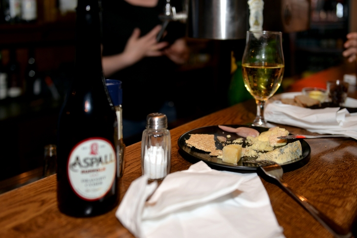 Wonderful British cheese, Scottish oatcake & English cider © Pascale Scerbo Sarro