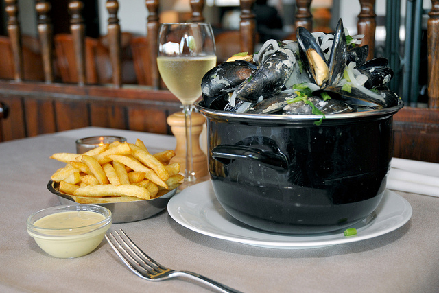 Mussels, chips and chilled white wine, in Antwerp! © Antwerpen Toerisme en Congres.