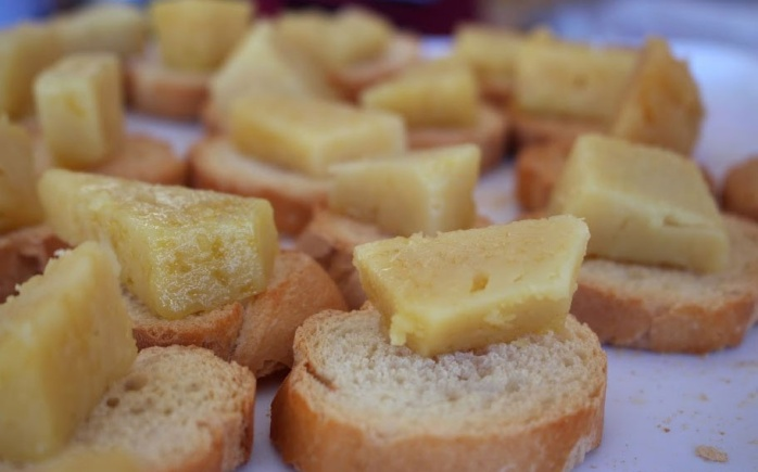 Slabs of bagette covered in plain Spanish cheese without the dollop of brown Spanish sauce! ©Trujillo Villas España.