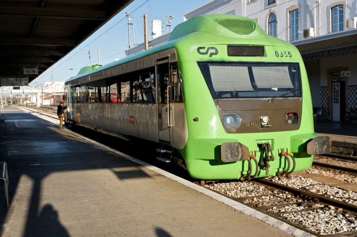 A type of single carriage diesel railcar used by the Portuguese Railways - Comboios de Portugal.