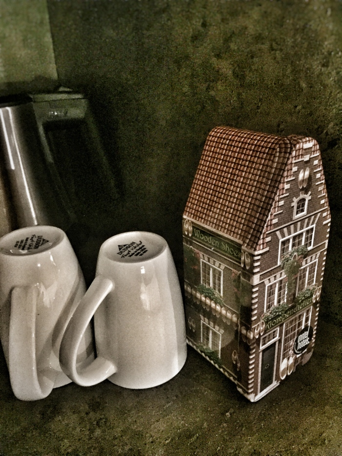 A tin box of proper tea bags at the Inntel Hotels Amsterdam Zaandam!