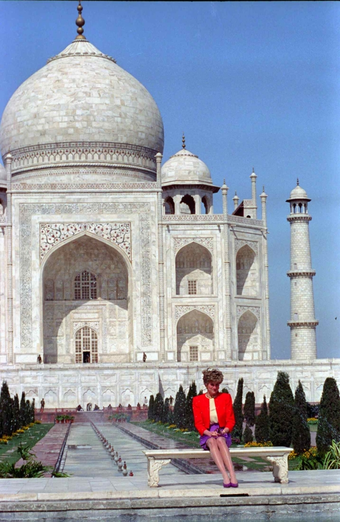 Princess Diana in front of the Taj Mahal in Agra, India