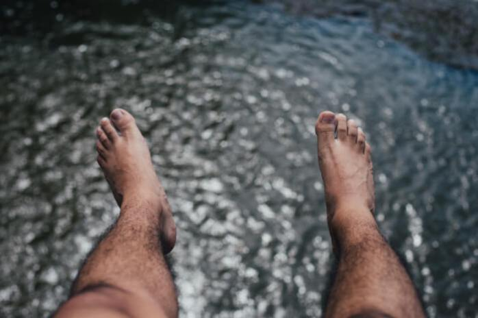 feet; smelly feet; feet in public places; feet in open spaces; bare feet,